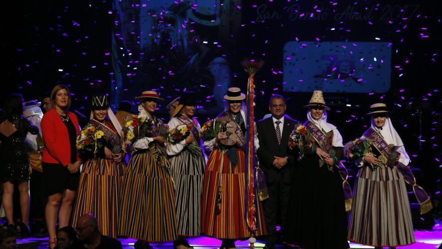 Foto de familia con la romera mayor y sus damas de honor, acompañadas por el alcalde José Alberto Díaz