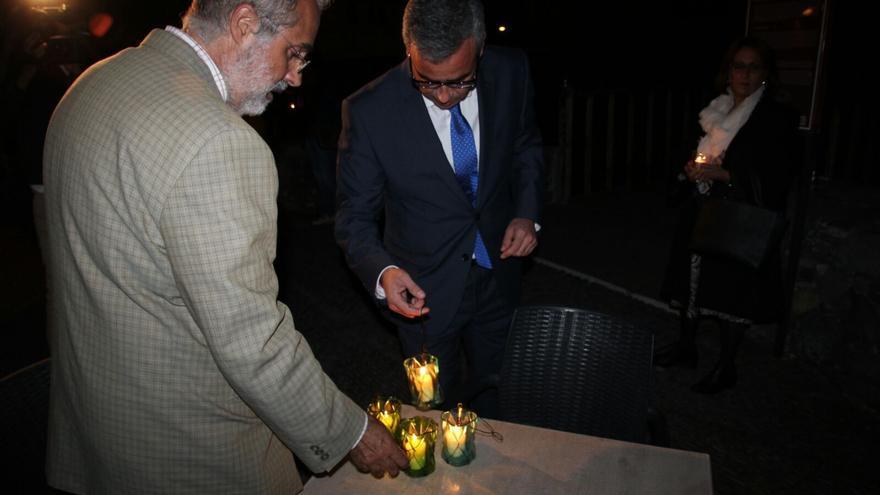 El alcalde, Sergio Matos, enciende una vela en el Castillo. Foto: JOSÉ AYUT.