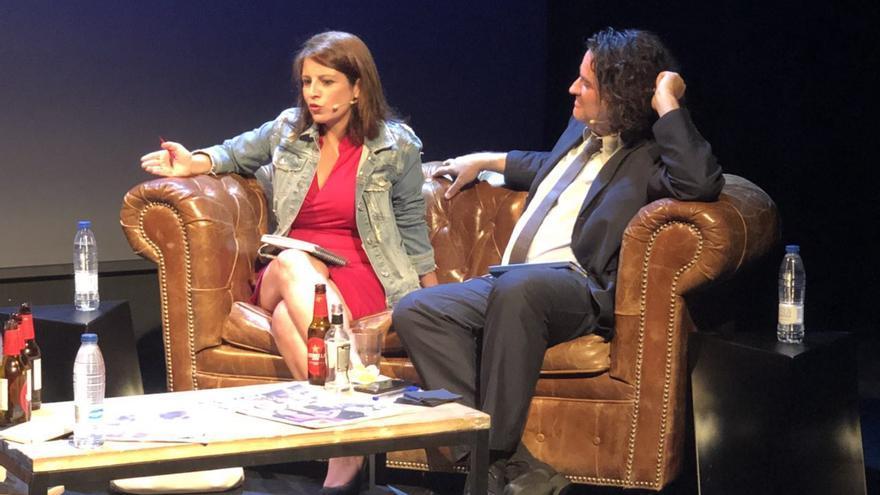 Adriana Lastra junto a Pere Rusiñol durante un encuentro con la revista Mongolia.