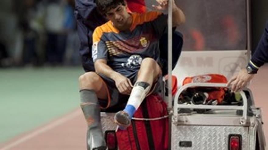Mariano Barbosa, retirado en camilla en el encuentro del domingo.