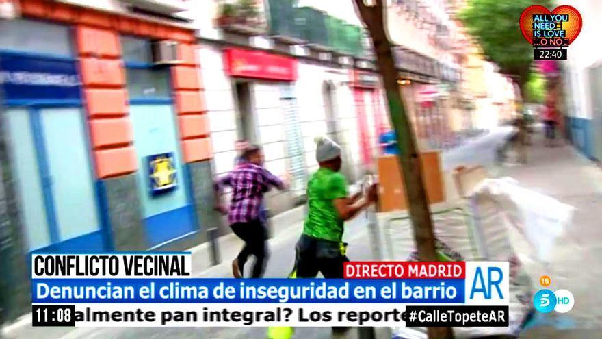 Álex Rodríguez huye de su agresor durante la conexión en directo