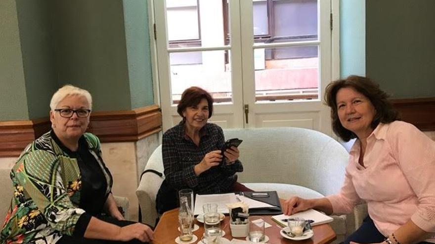 Trujillo, en el centro, junto a las integrantes del proyecto Begoña Moreno, psicóloga, y Ascensión Arvelo, educadora social