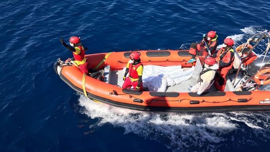 Embarcación de Proactiva Open Arms con los cadáveres que han recuperado del mar este 23 de marzo de 2017.   Twitter: @campsoscar