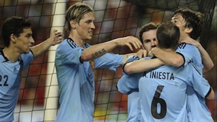 Los jugadores de España rodean a Silva tras lograr el gol. (Europa Press)