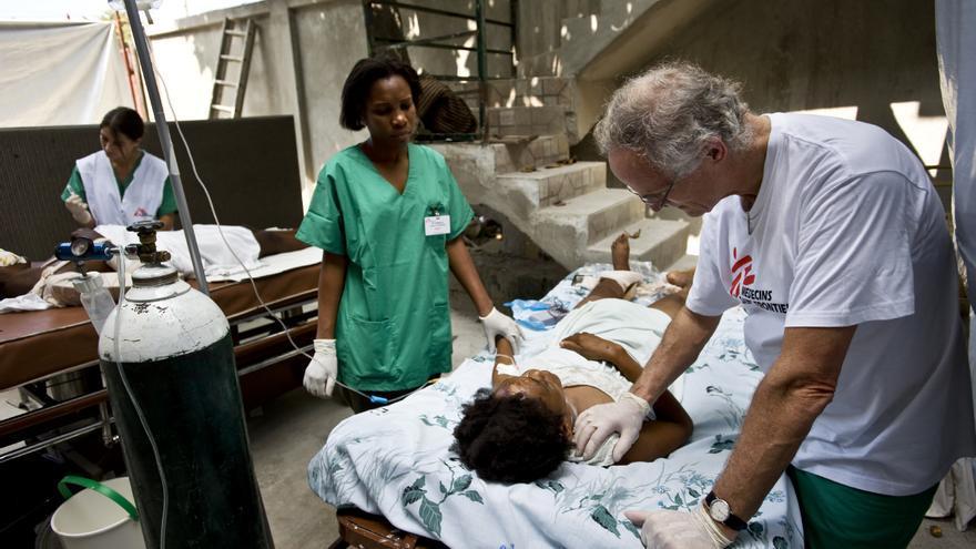 17 de enero de 2010. Equipos de la ONG asisten a una paciente con las dos piernas rotas, en plena calle, a las puertas del hospital de Carrefour, Puerto Príncipe, donde los equipos atendían a una media de 300 personas al día. Fotografía: Julie Rémy