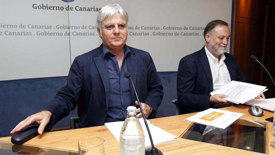 El vicepresidente del Gobierno de Canarias, José Miguel Pérez, y el director general de Universidades, Carlos Guitián. (Efe)