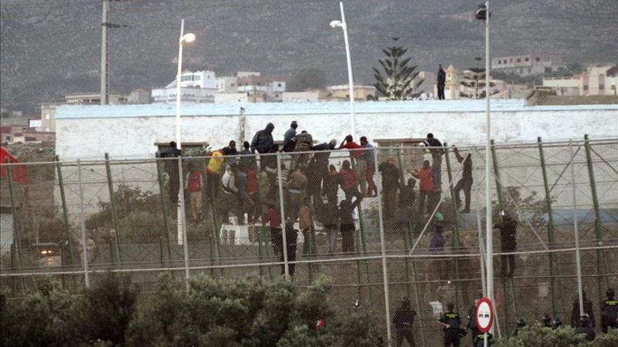 Varios grupos de inmigrantes intentan saltar la valla de Melilla