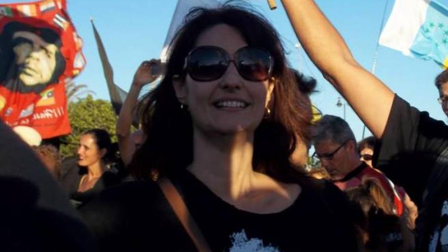 Leticia Padilla en una manifestación contra las prospecciones petrolíferas / Foto: Facebook. Diario de Lanzarote.