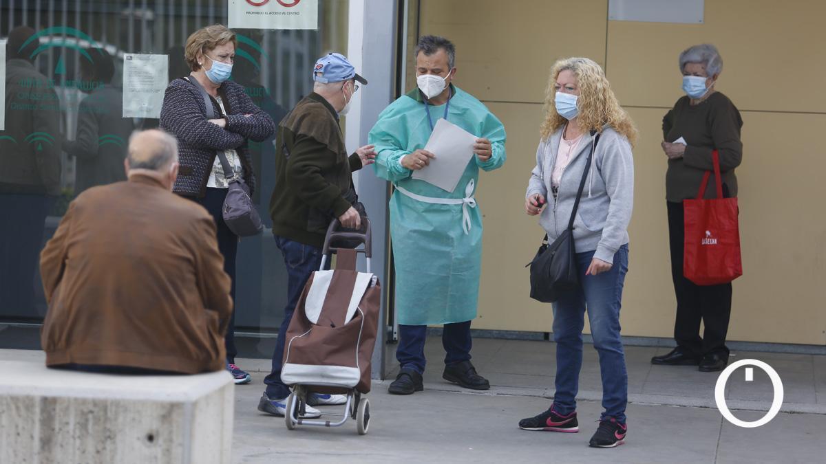 Usuarios del centro de salud Levante Sur que albergará el nuevo punto de Urgencias extrahospitalarias.