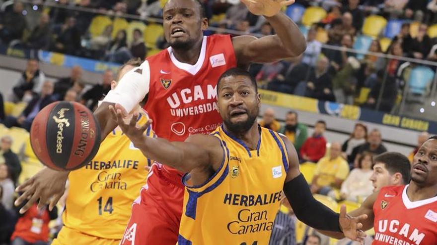 El jugador del Herbalife Gran Canaria DJ Strawberry (d) y el jugador del UCAM Murcia Kevin Tumba (i), durante el partido de la jornada 17ª de la liga Endesa que ambos equipos disputaron en el Gran Canaria Arena. (EFE/Elvira Urquijo A.)
