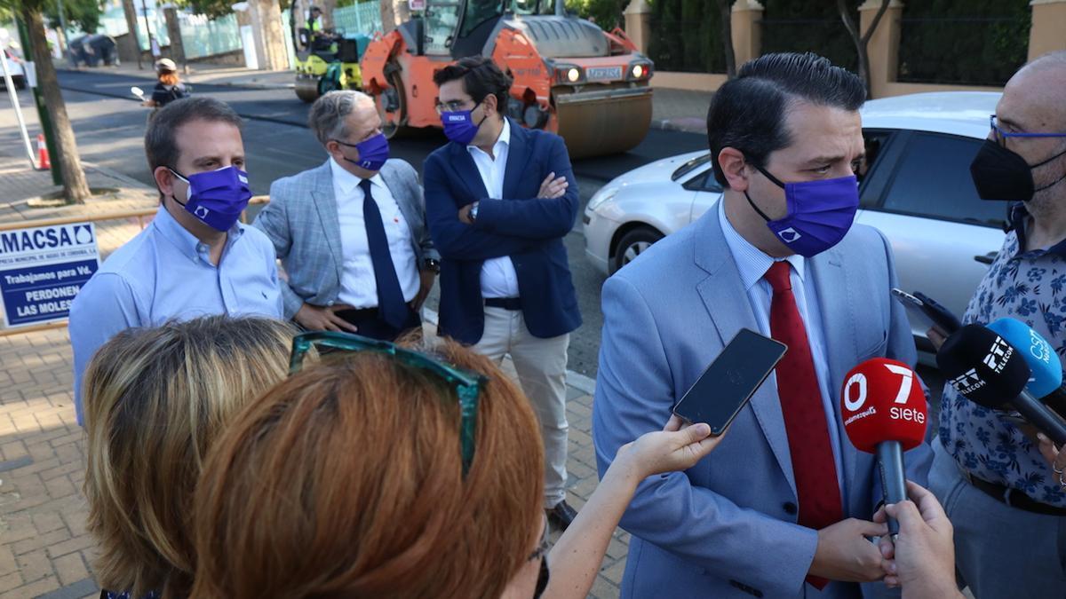 El alcalde de Córdoba atendiendo a los periodistas