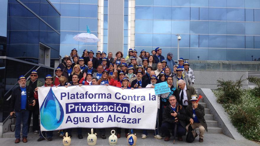 Los vecinos de Alcázar reclaman que el agua sea pública en la sede de Aqualia de Madrid / P.C.