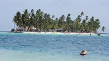 Cocoteros y playa en Isla Perro, una de las muchas pequeñas porciones de paraíso que forman el Archipiélago de San Blas. Mónica Mora
