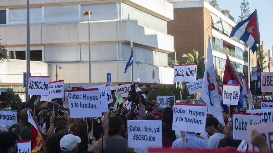 Decenas de personas durante una concentración promovida por Vox, en apoyo a las protestas en Cuba, ante la embajada de Cuba en España, a 12 de julio de 2021
