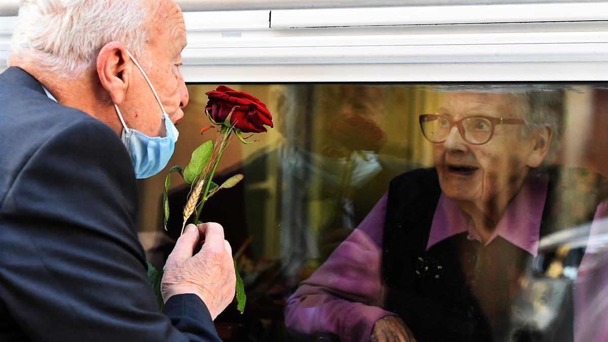 Xavier visita a Carmen, su mujer, enferma de Alzheimer