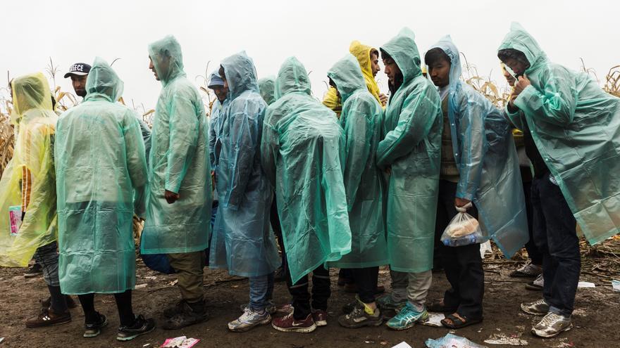 """Refugiados de Afganistán esperan para cruzar a Croacia. """"Hemos llegado a atender a pacientes por desmayos, algo que nunca antes habíamos visto"""", explica Alberto Martínez Polis, coordinador médico de MSF en Serbia. """"En algunos casos, estas situaciones están provocadas por la presión de las aglomeraciones, o por la falta de dosis adecuadas de comida, bebida o sueño durante varios días. Nos explican que tienen miedo de dejar la cola, ya que podrían perder a su familia o su lugar en la fila y por eso no se mueven de su sitio"""". Fotografía: Achilleas Zavallis"""