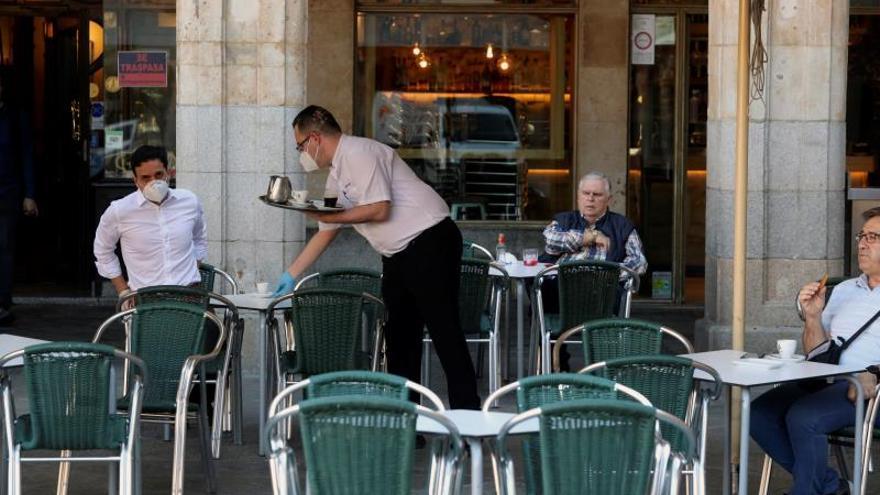Camarero atendiendo en una terraza.