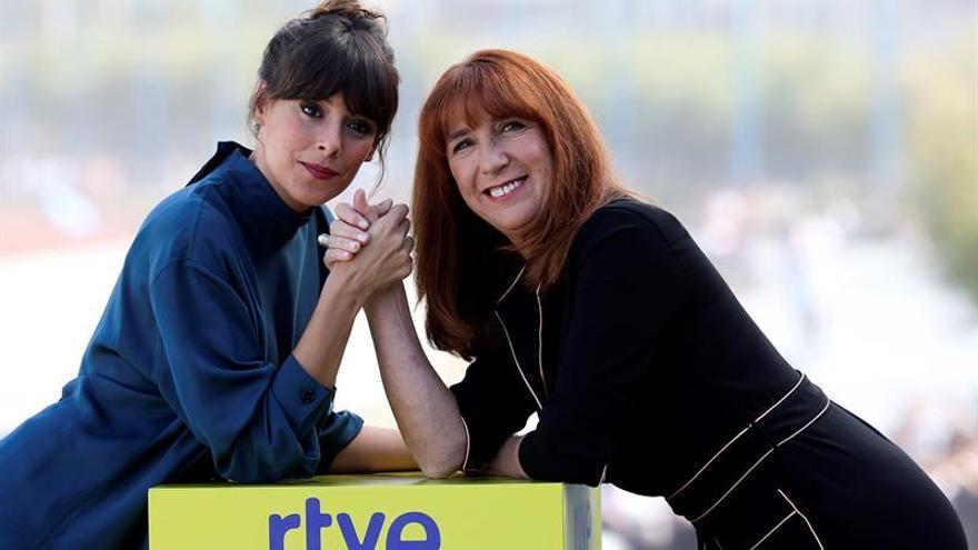 Las actrices Belén Cuesta (i) y Gracia Olayo (d) posan en el photocall del Festival de San Sebastián