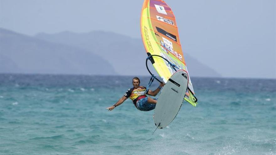 El francés Antoine Albeau, durante la prueba de slalom del Campeonato de Windsurf de Sotavento