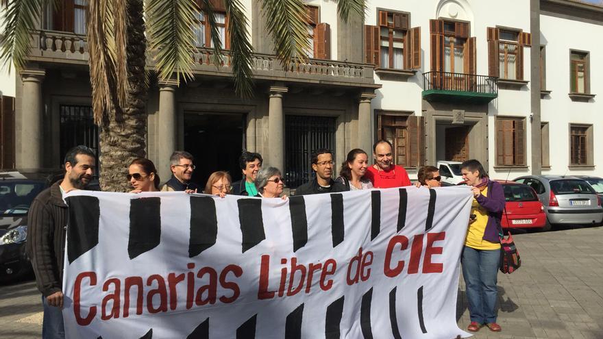 Presentación de la plataforma Canarias Libre de CIE frente a la Delegación del Gobierno en Canarias