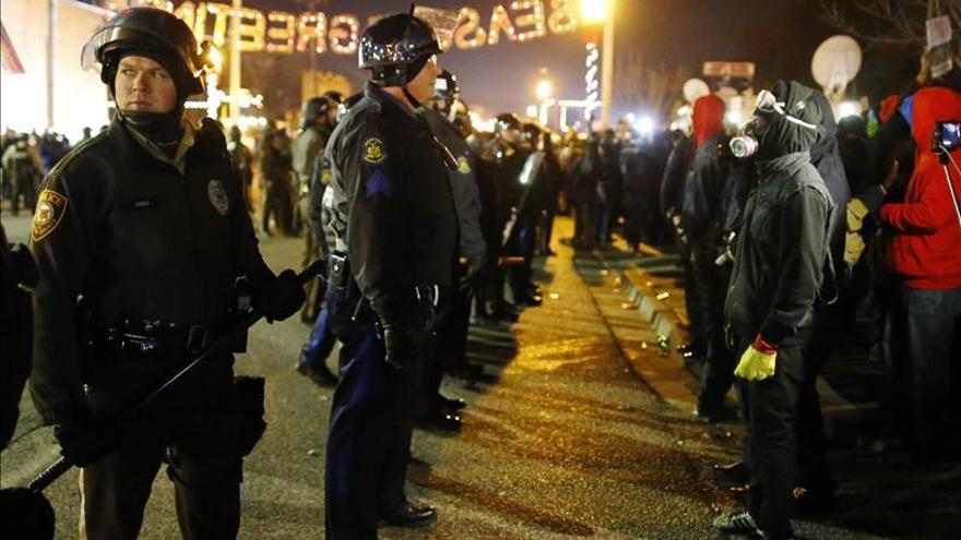Cientos de manifestantes vuelven a desafiar a la Policía en Ferguson