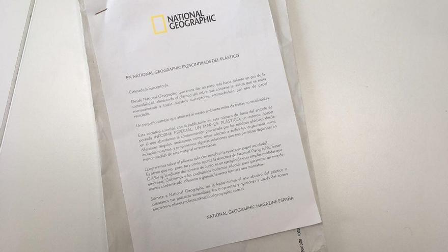 El sobre en el que ha llegado la National Geographic a España, con una carta que explica que prescinden de los plásticos