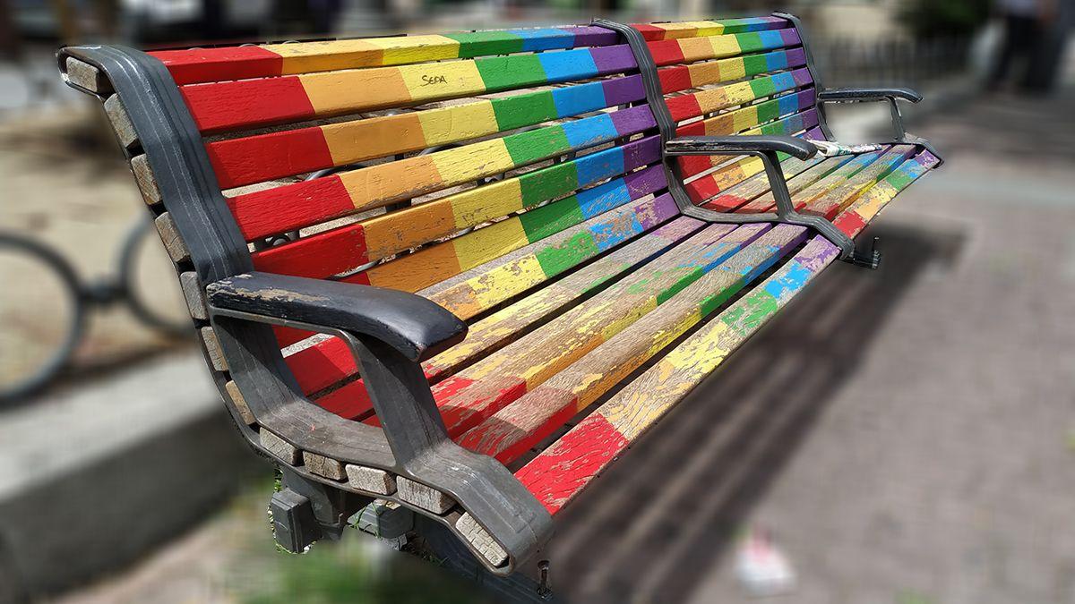 Banco con los colores de la bandera LGTB | SOMOS CHUECA