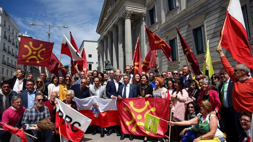 Revilla con cargos y militantes del PRC que han acudido a Madrid a arropar al primer diputado nacional del PRC, José María Mazón.