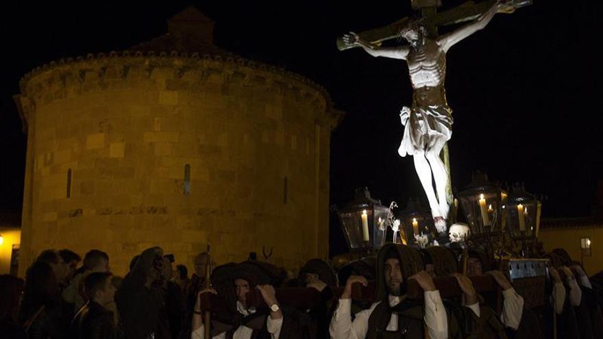 Salmodias de bombardino y capas carpas junto al Cristo del Amparo en Zamora