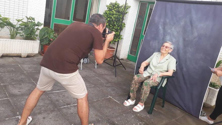 El fotógrafo Emilio Barrionuevo retratando a una de las usuarias de la Residencia de Pensionistas de La Palma.