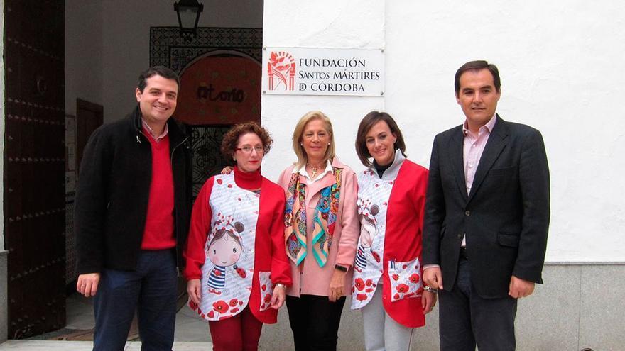 José Antonio Nieto, José Mª Bellido y Luisa Mª Arcas con responsables del centro.