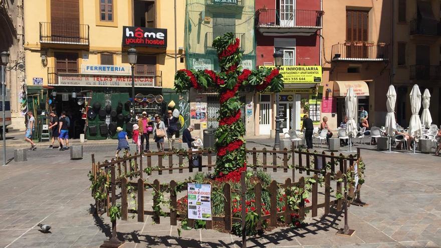 Una de las cruces de mayo instaladas en Valencia, en este caso, de la falla plaza Doctor Collado.
