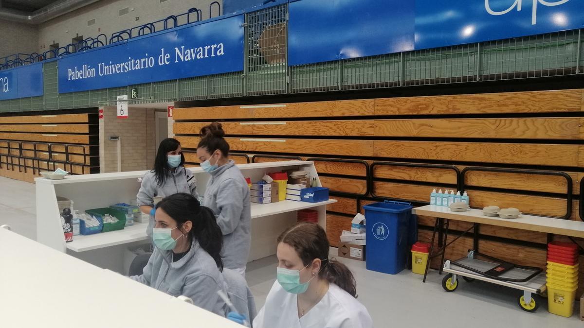 Personal sanitario en las instalaciones de vacunación en la UPNA