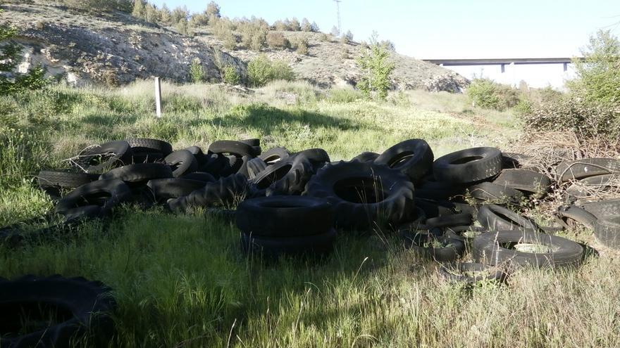 Neumáticos abandonados junto al río Júcar / Ecologistas en Acción