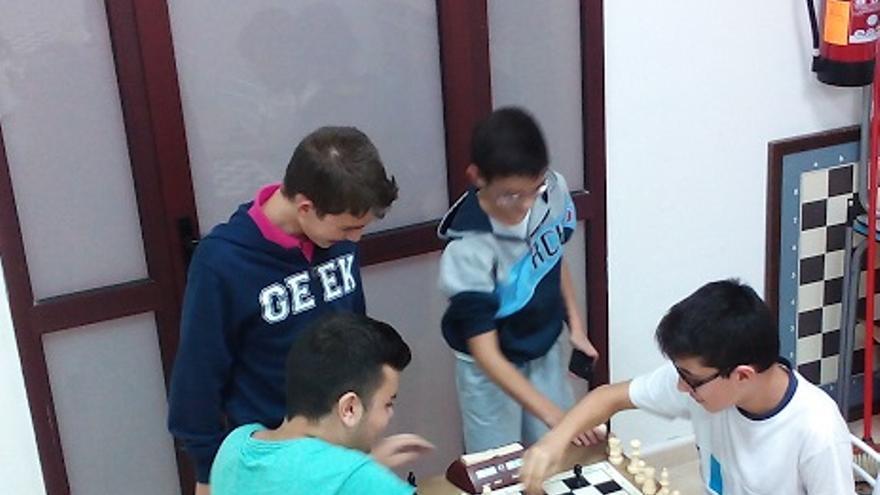 Alumnos de Gustavo de la Cruz jugando al Shatranj.