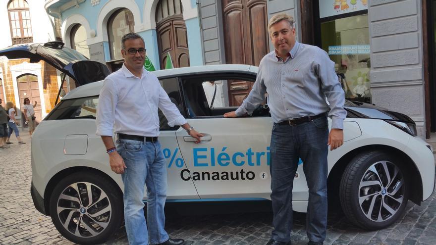 Sergio Mato y Jorge González este sábado junto a un vehículo eléctrico. Foto: LUZ RODRÍGUEZ.