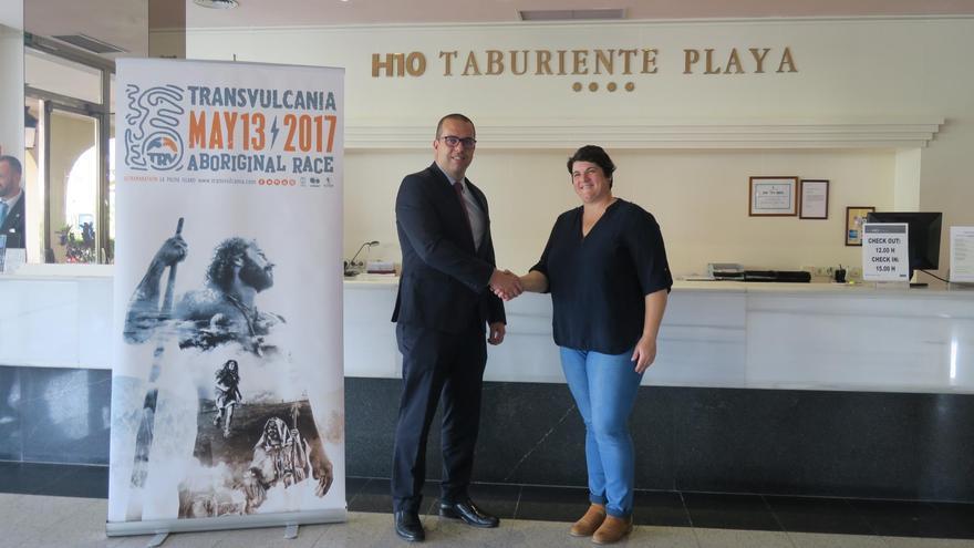 Francisco González, director de hotel H10 Taburiente Playa, yAscensión Rodríguez, consejera de Deportes del Cabildo de La Palma.