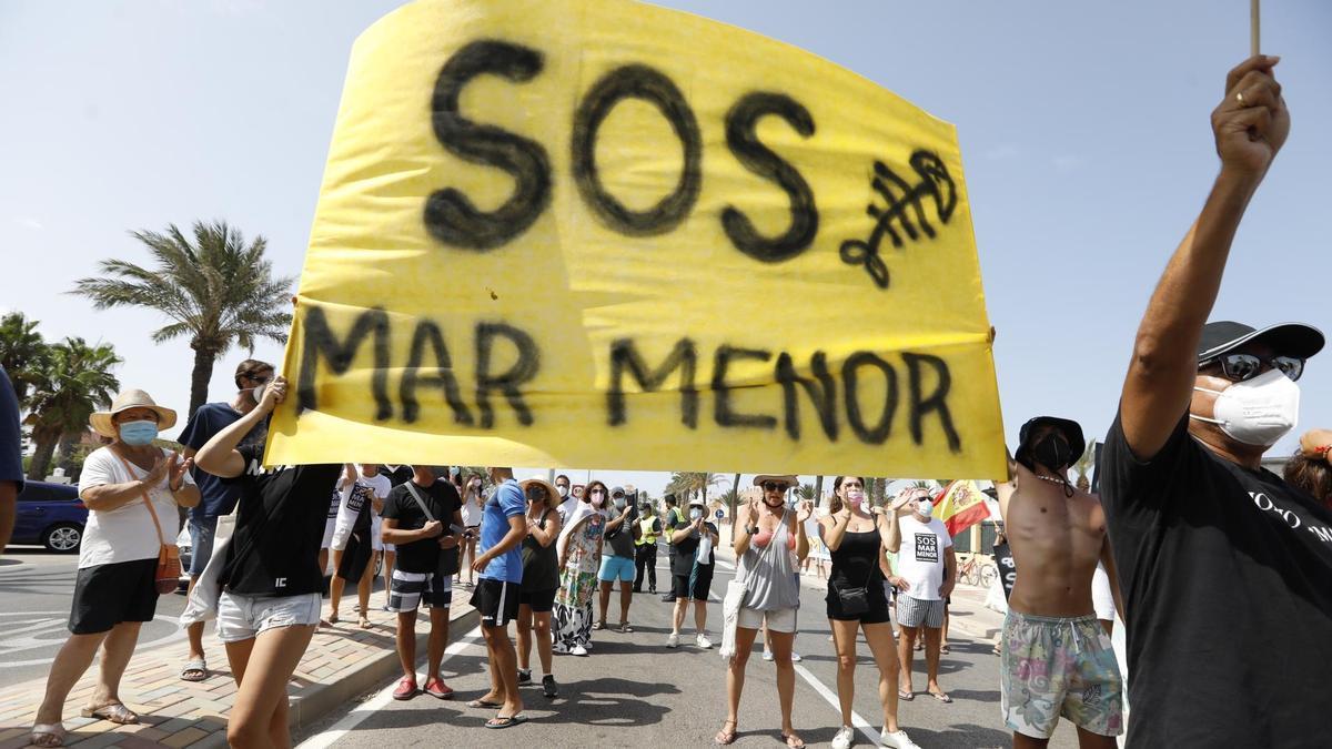 Vecinos y colectivos protestan el 21 de agosto de 2021 en defensa del Mar Menor al paso de la Vuelta Ciclista