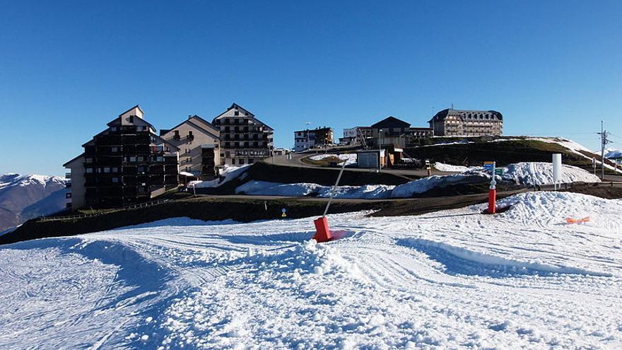 Edificios de la estación de esquí de Luchon-Superbagnères en abril de 2015.