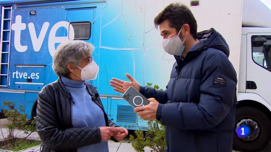 Pilar Alonso y Carlos del Amor, en el 'Telediario'