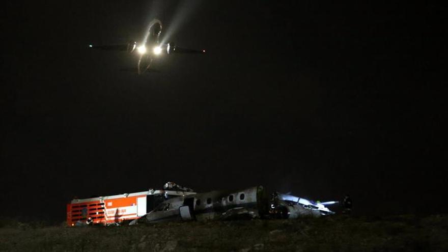 Reabren el aeropuerto de Estambul tras incendiarse un avión privado