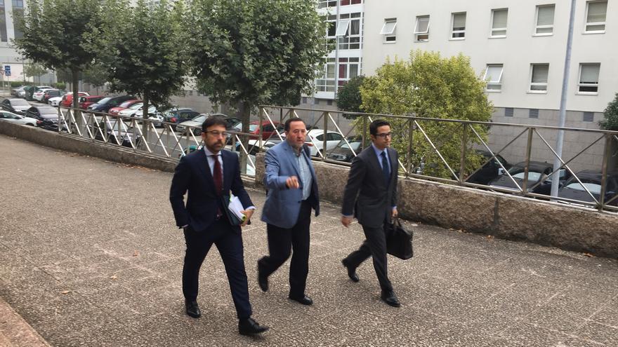 Fernando Rebón, gerente de Seguridad de Adif para el noroeste, en el centro, entrando en el juzgado para declarar como imputado