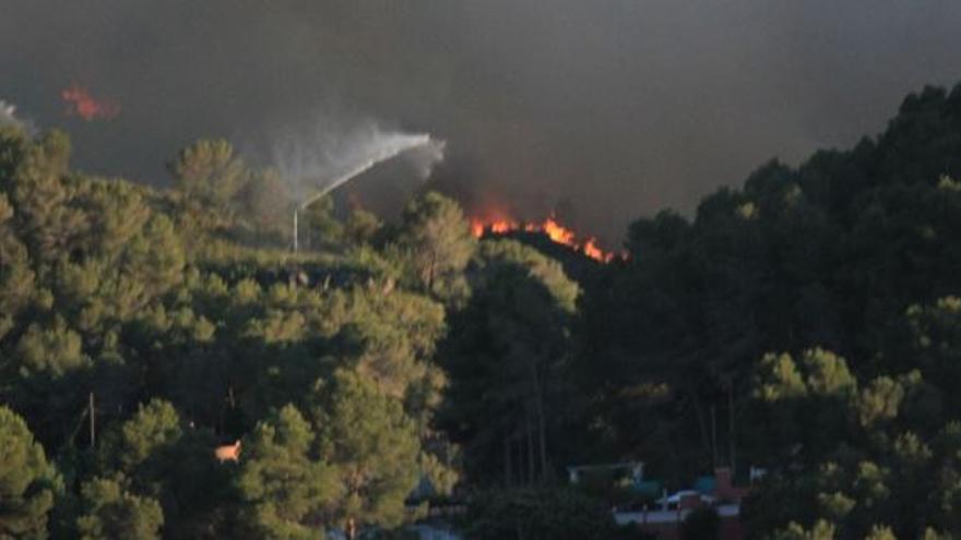Cañones SIDEINFO de autoprotección actuando ante el incendio forestal el 16 de junio de 2016 en la localidad valenciana de Carcaixent.