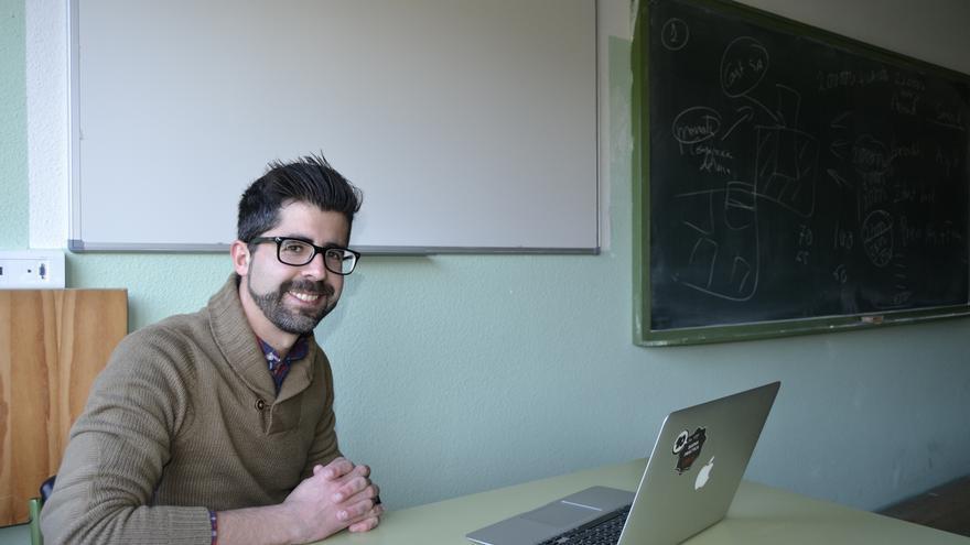 El profesor Enrique Castillo en una de las aulas del IES Las Llamas. | C.C.