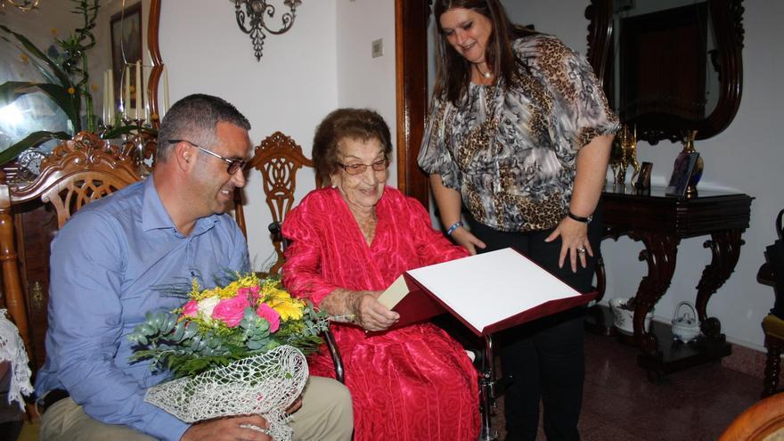 Doña Amanda Pol García, el alcalde de Santa Cruz de La Palma, Sergio Matos, y la concejal de Bienestar Social e Igualdad de Oportunidades, Gazmira Rodríguez.