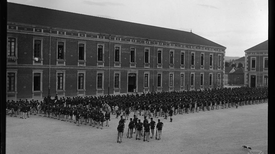 El Regimiento Cuenca en el antiguo cuartel militar de Vitoria. Autor: E. Guinea / Archivo Municipal de Vitoria.