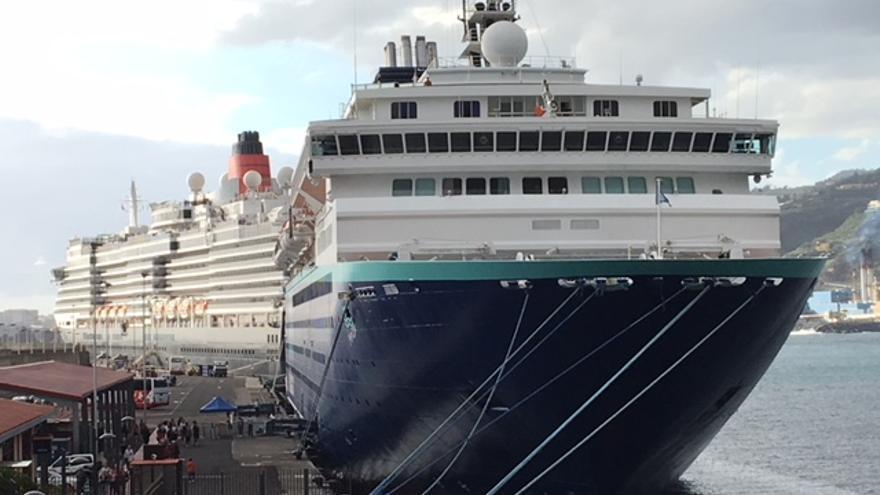 El crucero 'Horizon', en primer término, y el  'Queen Victoria', este viernes, en el Puerto de Santa Cruz de La Palma.