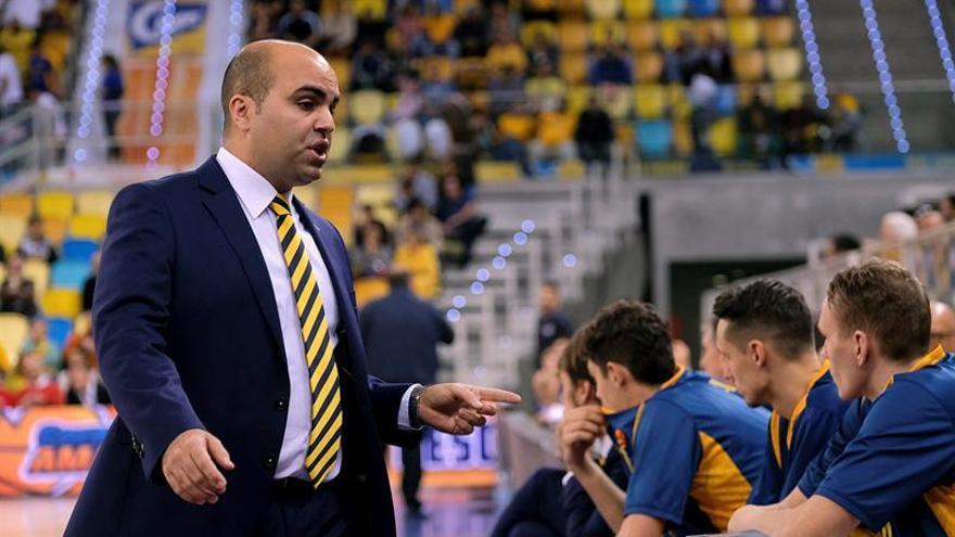 El entrenador del Herbalife Gran Canaria, Víctor García (i), durante el partido de la Euroliga de baloncesto ante el Buducnost Voli Podgorica