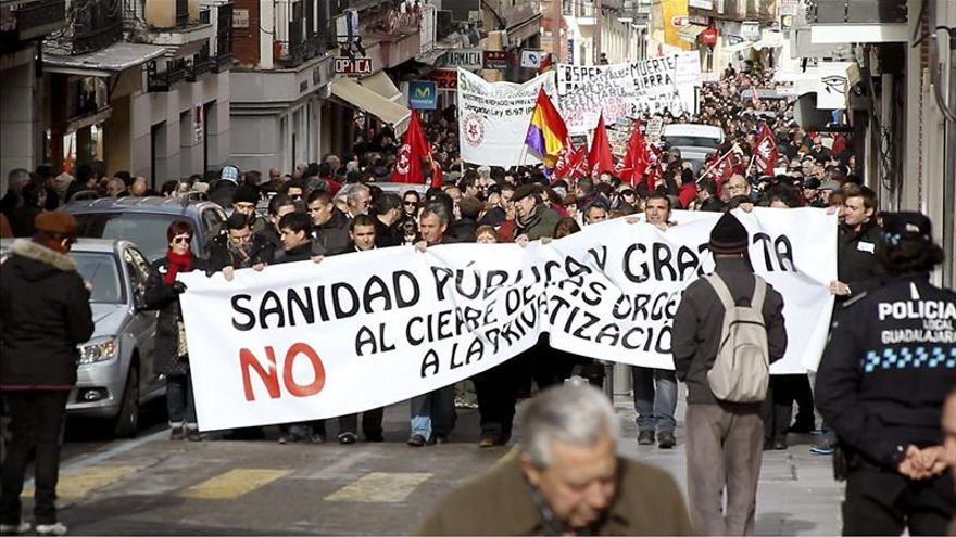 Más de 3.000 personas se concentran en Guadalajara contra el cierre de las urgencias