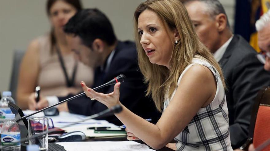 La consejera de Hacienda del Gobierno de Canarias, Rosa Dávila, comparece en la comisión de Presupuestos y Hacienda que se debate en el Parlamento de Canarias. EFE/Ramón de la Rocha